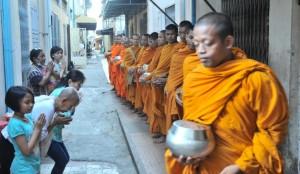 Alms giving, Battambang (6)
